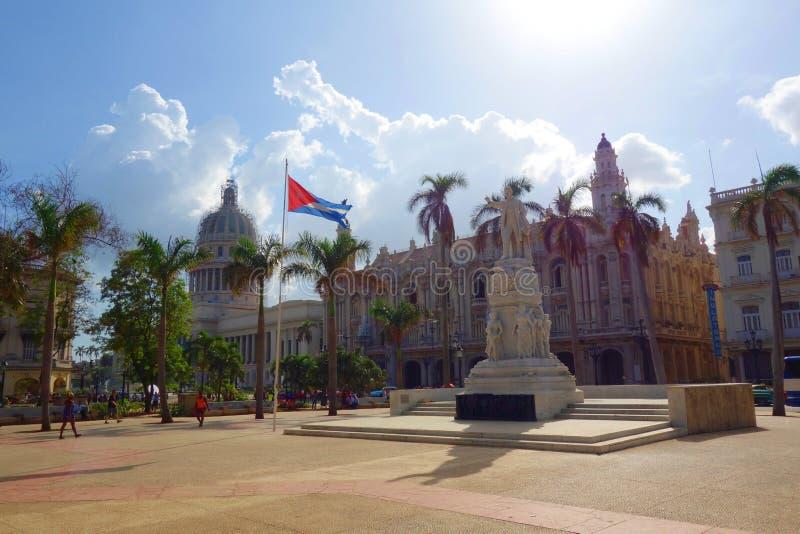 Hawańska, Kuba, Parque centrala, - central park z palmami/, statua Jose Marti, flaga państowowa Kuba Teatro De Los angeles Habana zdjęcia stock