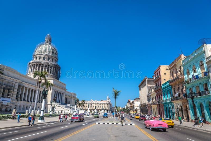 Hawański, żywy wizerunek capitol Hawański w niebieskie niebo dniu, tradycyjni samochody, kolorowi domy w Cu Kuba, Marzec - 11th 2 obraz stock