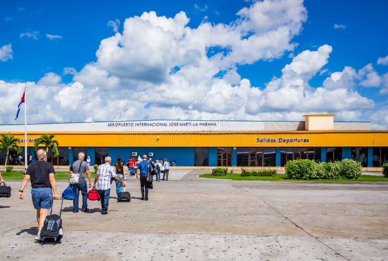 HAWAŃSKI, CUBA-OCT 25 - Amerykańscy turyści przyjeżdżają w Hawańskim bezpośrednio od Miami, na Październiku 25, 2015 obrazy royalty free