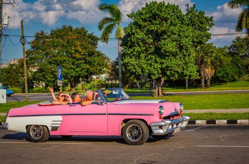 HAWAŃSKI, CUBA-OCT 25 - turyści cieszą się przejażdżkę w antykwarskich samochodach używać jako taxi w Hawańskim, na Październiku  zdjęcie stock