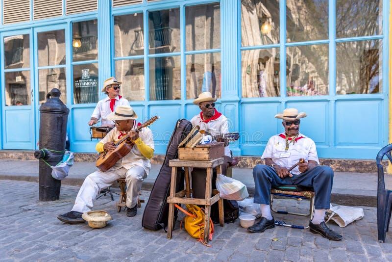 Hawański, grupa muzycy bawić się przy ulicami Hawański, Kuba Kuba, Marzec - 11th 2018 - obrazy royalty free