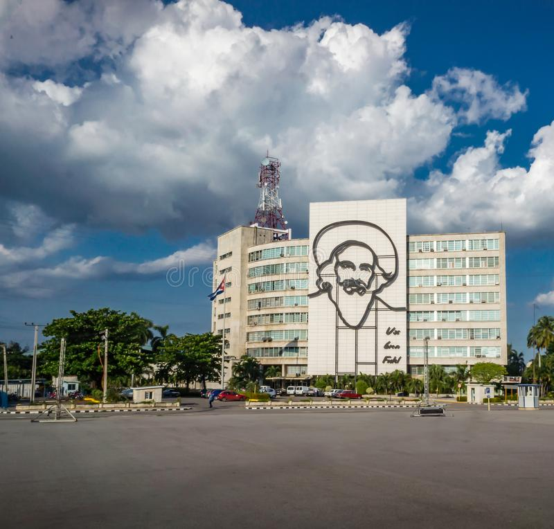 HAWAŃSKI, Guevara ` s twarz w rewolucja kwadracie w Hawańskim, Kuba, Oct 26, 2015 KUBA, PAŹDZIERNIK - 26,2015 - Ten kwadrat jest  obrazy stock