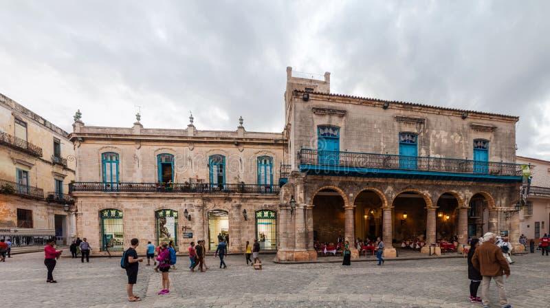 HAWAŃSKI, KUBA, FEB - 20, 2016: Starzy kolonialni budynki na Placu De Los angeles Catedral obciosują w Habana Vieja zdjęcia royalty free