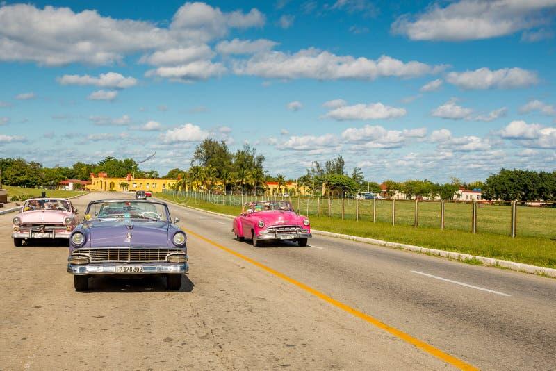 Hawański, Kuba, Listopad - 29, 2017: Klasyczny samochodu jeżdżenia turysta obraz royalty free