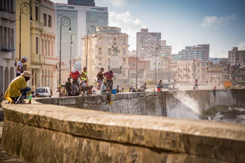 Hawański, Kuba, Listopad - 29, 2017: Rybacy na Malecon w Hawańskim zdjęcia royalty free