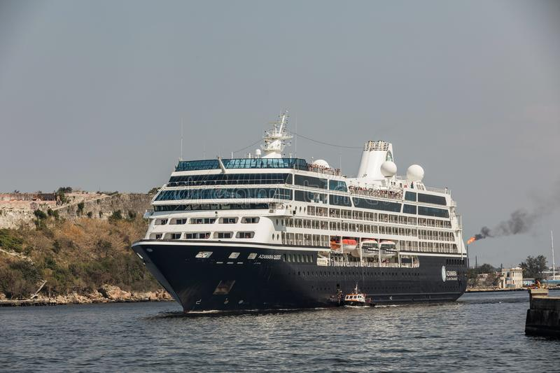 HAWAŃSKI, KUBA MAR 18 2018 Azamara rejsów w Hawańskiej zatoce Azamara poszukiwanie statek wycieczkowy posiadać i działający Azama obraz stock