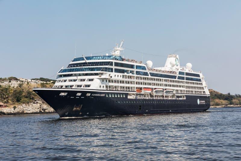 HAWAŃSKI, KUBA MAR 18 2018 Azamara rejsów w Hawańskiej zatoce Azamara poszukiwanie statek wycieczkowy posiadać i działający Azama fotografia royalty free