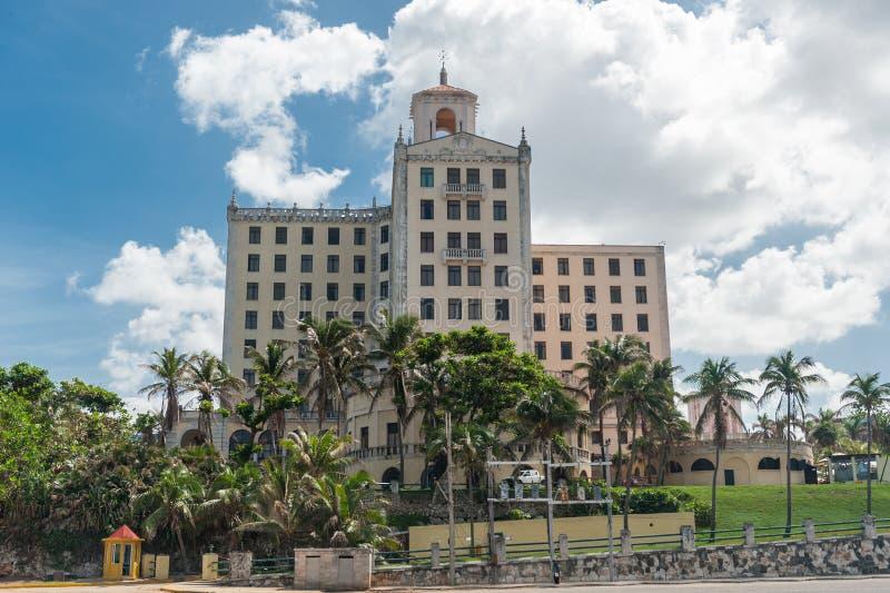 HAWAŃSKI, KUBA, PAŹDZIERNIK - 23, 2017: Hawański Kabaretowy Parisien budynek w tle Kuba fotografia royalty free