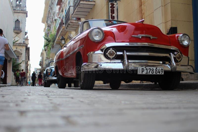 Hawański Kuba, Sep 1st 2017: Reflektor na starym, czerwonym, pięknym samochodzie, zdjęcie stock