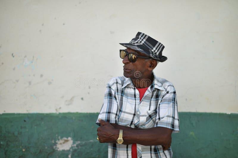 Hawański, Kuba, Sierpień 14th, 2018: Starzy człowiecy gestykuluje na ulicach Hawański z lustrzanymi eyeglasses obrazy stock