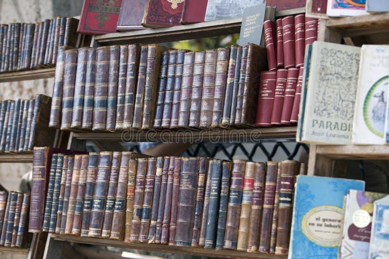 HAWAŃSKI, KUBA, STYCZEŃ - 27, 2013: księgarnia z antykwarskimi i starymi książkami dla sprzedaży na ulicie w centrum Hawański obraz stock