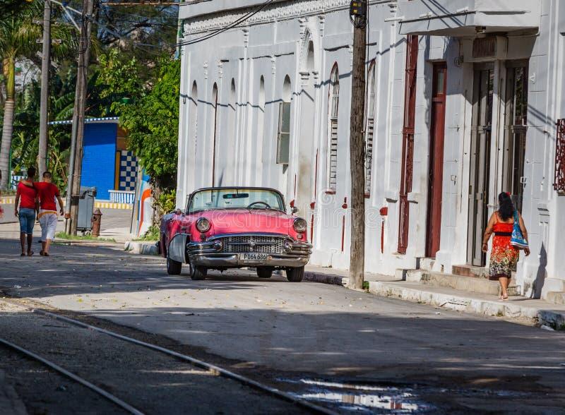 HAWAŃSKI - PAŹDZIERNIKA 26-Local uliczna scena ludzie, starzy samochody wewnątrz i kolonialna architektura, Hawański, Kuba na Paź zdjęcia royalty free