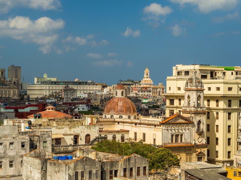 Hawańskie ulicy z jaskrawymi colours i kubańskimi flaga zdjęcia royalty free