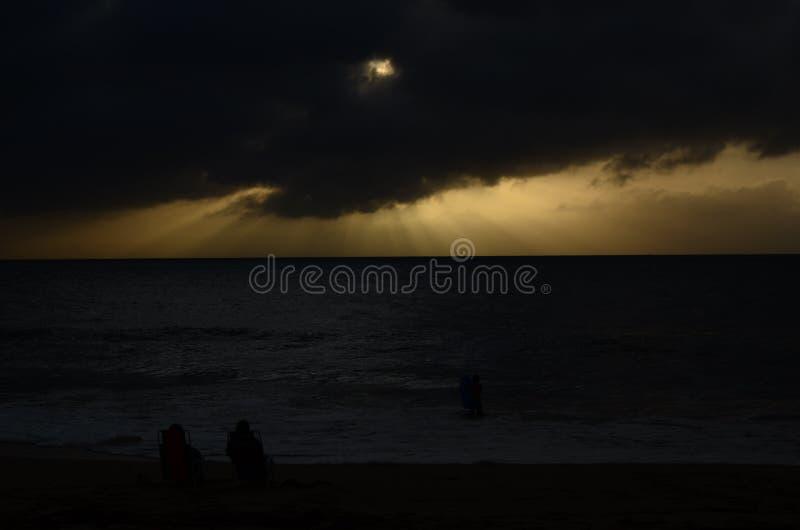 Hawaiansk kust- solnedgång efter storm royaltyfri fotografi