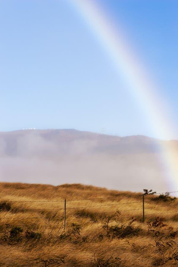 Hawaiansk regnbåge över den Keck observatoriet, stor ö Hawaii fotografering för bildbyråer