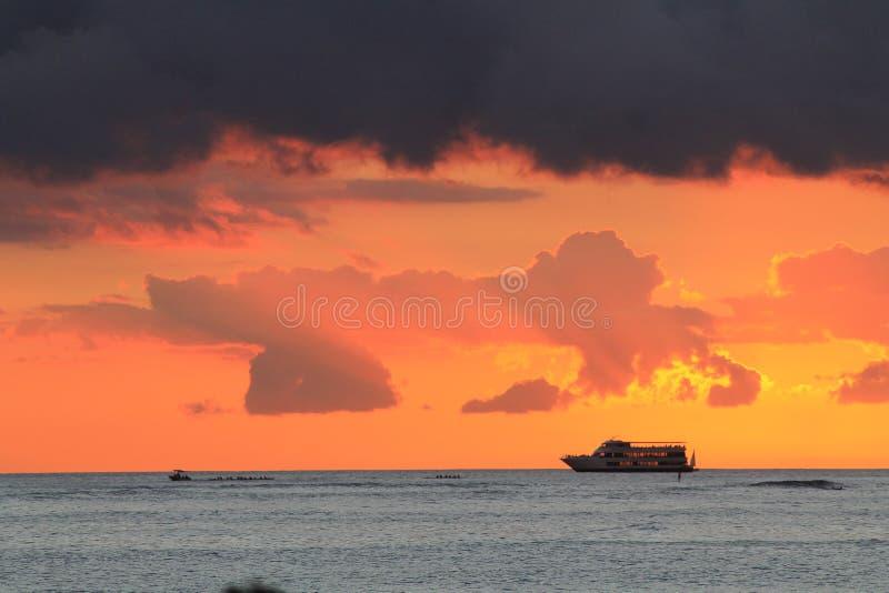 Hawaiansk sikt av havet med kryssningfartyget på horisonten royaltyfri foto