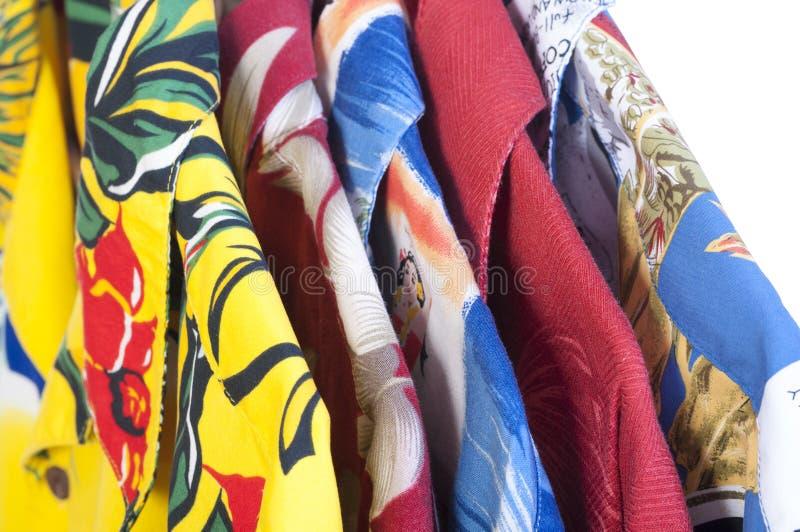 Hawaianska skjortor på hängare arkivfoton