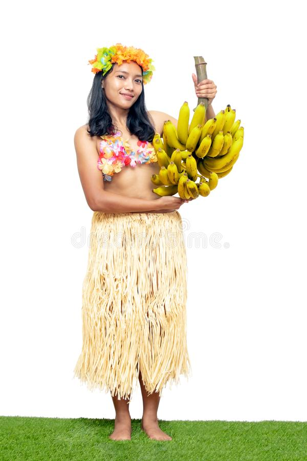 Hawaii Hula Dancer leva um monte de bananas amarelas. foto de stock royalty free