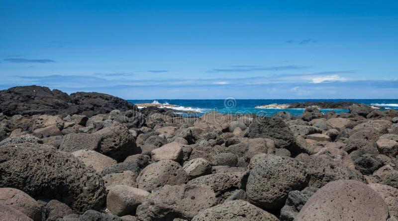 Hawaii Lava Rock Coast av stenblock som skapas av vulkan arkivfoton