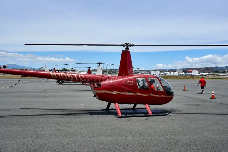 Hawaii USA - Augusti 8, 2017: Sikten av turister i en helikopter som väntar för att ta av för en helikopter, turnerar ahuön av fö arkivfoto