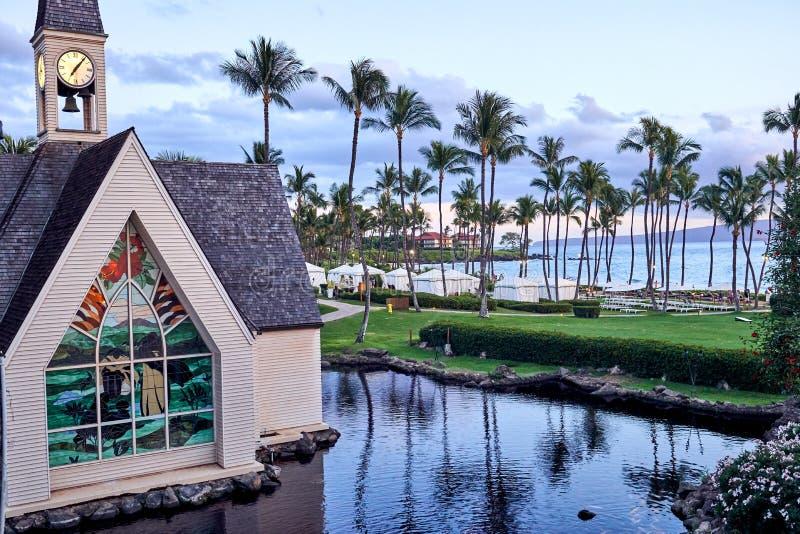 Hawaii, USA - 31. Juli 2017: Ansicht eines Gebäudes mit Buntglas- und Palmen dachte über den Teich in einem Erholungsort in Maui  stockfotografie