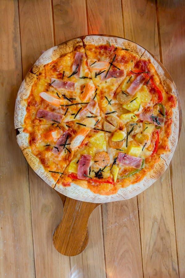 Hawaiiaanse eigengemaakte pizza royalty-vrije stock foto