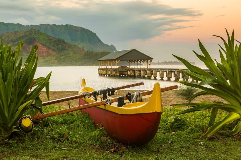 Hawaiiaanse kano door Hanalei Pier royalty-vrije stock afbeeldingen