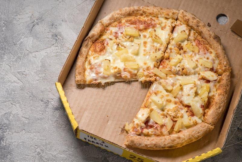 Hawaiiaanse pizza in doos royalty-vrije stock foto's