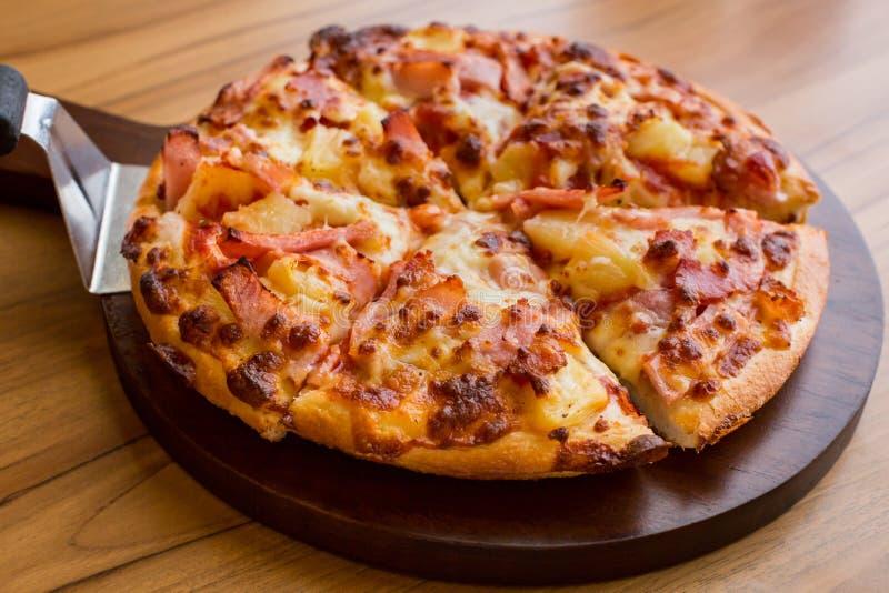 Hawaiiaanse pizza op houten lijst stock foto's