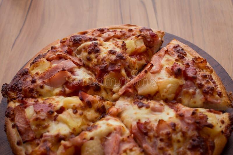 Hawaiiaanse pizza op houten lijst stock fotografie