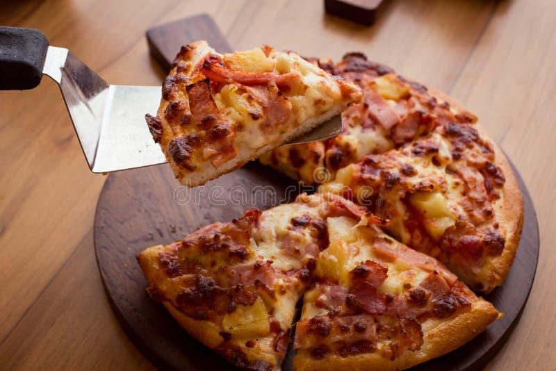Hawaiiaanse pizza op houten lijst royalty-vrije stock fotografie