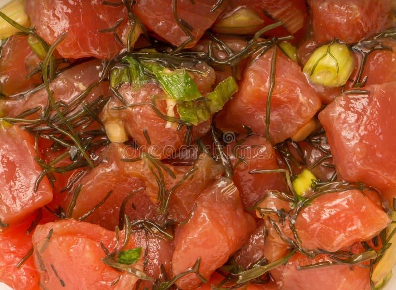Hawaiiaanse Por Ruwe die Vissen met Uien en Zeewier worden voorbereid stock afbeeldingen