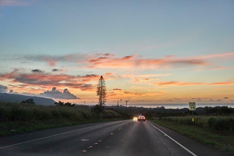 Hawaiiaanse weg tijdens schemer die tot de Haleakala-berg leiden stock afbeelding