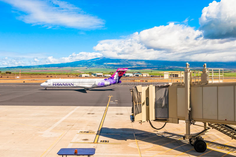Hawaiian Airline Boeing 717-200 at Kahului Airport in Maui. KAHULUI, HAWAII - SEPTEMBER 5, 2013: Hawaiian Airline Boeing 717-200 at Kahului Airport in Maui royalty free stock photos
