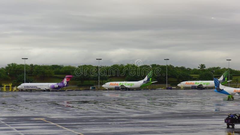 Hawaiian Airlines Boeing 717 y Aloha Air Cargo Boeing 737 cargueros parquearon en el delantal del aeropuerto de Honolulu fotografía de archivo
