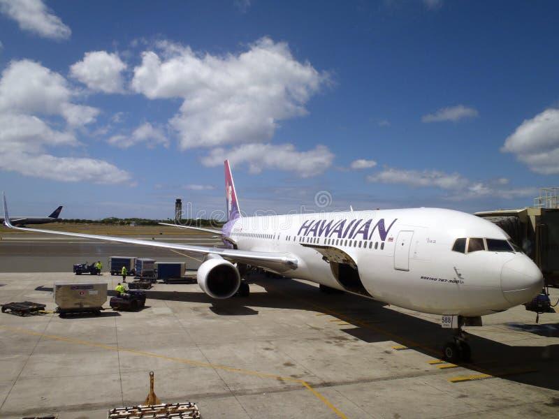 Hawaiian Airlines-de vliegtuigen wordt klaar voor het inschepen stock fotografie