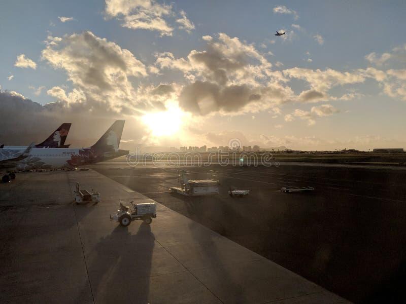 Hawaiian Airlines-Vliegtuigen bij de Internationale luchthaven die van Honolulu worden geparkeerd royalty-vrije stock foto's