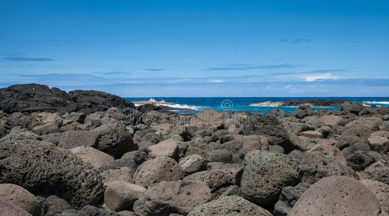 Hawaiis Lava Rock Coast von den Flusssteinen hergestellt durch den Vulkan stockfotos