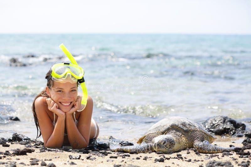 Hawaje dziewczyny dopłynięcie snorkeling z dennymi żółwiami zdjęcie royalty free