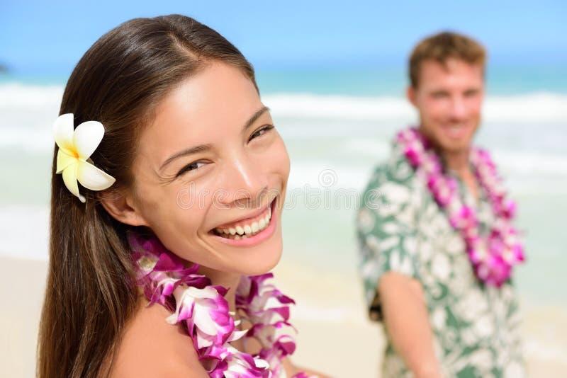 Hawaje para w Hawajskich lei - Szczęśliwa Azjatycka kobieta obraz royalty free
