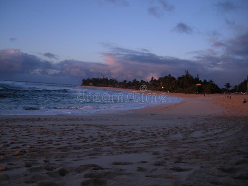 Hawaje plaża przy zmierzchem zdjęcie stock