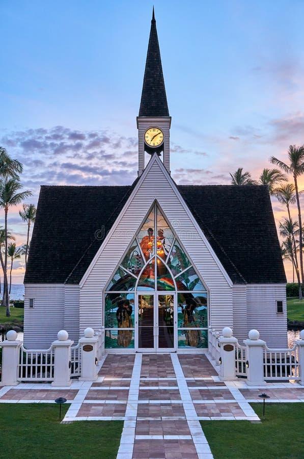 Hawaje, usa - Lipiec 31, 2017: Nadmorski kaplica z zegarem przy witrażem na przodzie przy kurortem i wierzchołkiem obraz stock