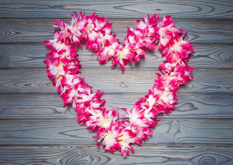 Hawajska girlanda kwiaty na błękitnym drewnianym tle zdjęcie royalty free
