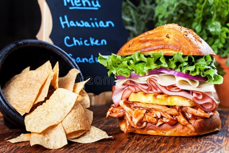 Hawajska kurczak kanapka i Tortilla układy scaleni obraz stock