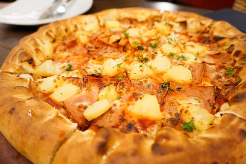 Hawajska kurczak pizza z ananasem Wyśmienicie smak obraz stock