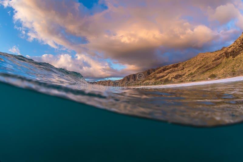 Hawajski skalisty wybrzeże przy zmierzchu czasu widokiem od oceanu fotografia stock