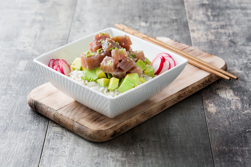 Hawajski tuńczyka potrącenia puchar z avocado, rzodkwiami i sezamowymi ziarnami, fotografia stock