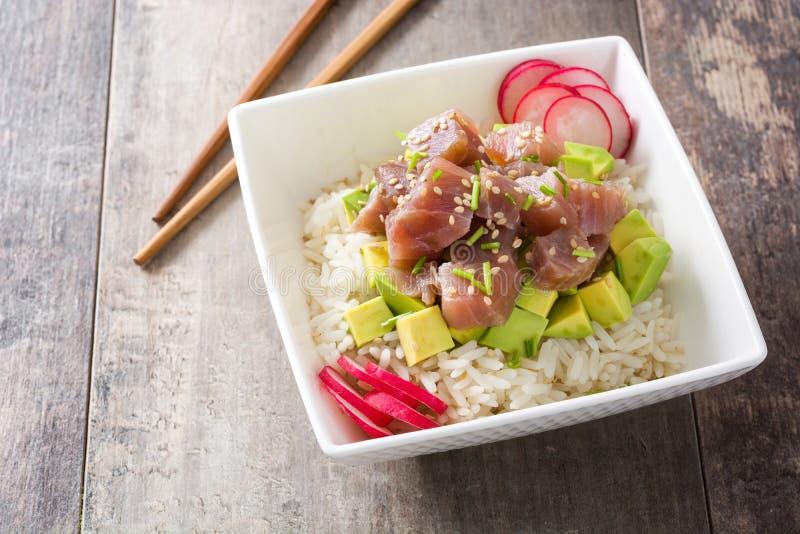 Hawajski tuńczyka potrącenia puchar z avocado, rzodkwiami i sezamowymi ziarnami, obrazy stock