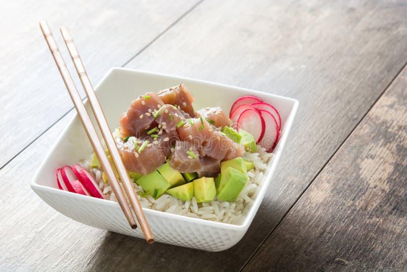 Hawajski tuńczyka potrącenia puchar z avocado, rzodkwiami i sezamowymi ziarnami, zdjęcia royalty free