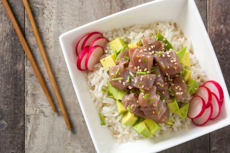 Hawajski tuńczyka potrącenia puchar z avocado, rzodkwiami i sezamowymi ziarnami, obrazy royalty free